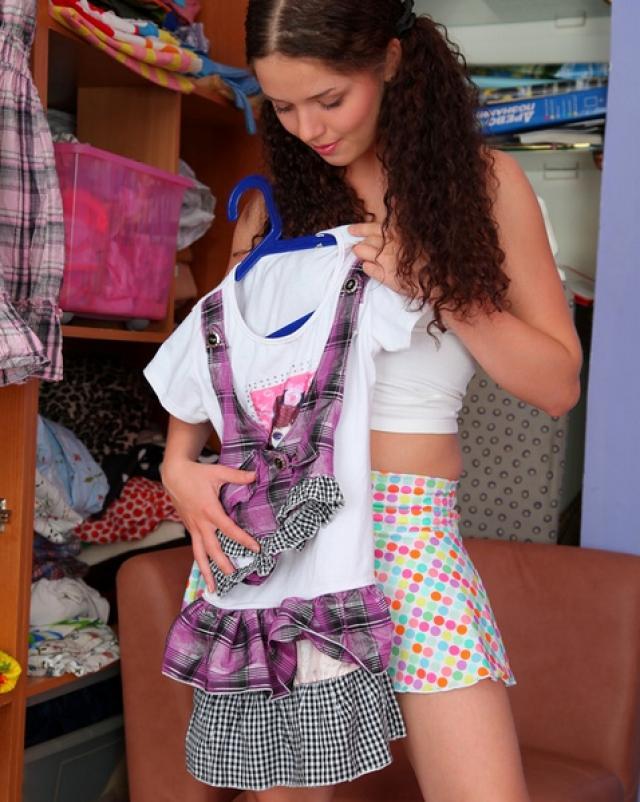 Кудрявая голая студентка трахнулась за платье