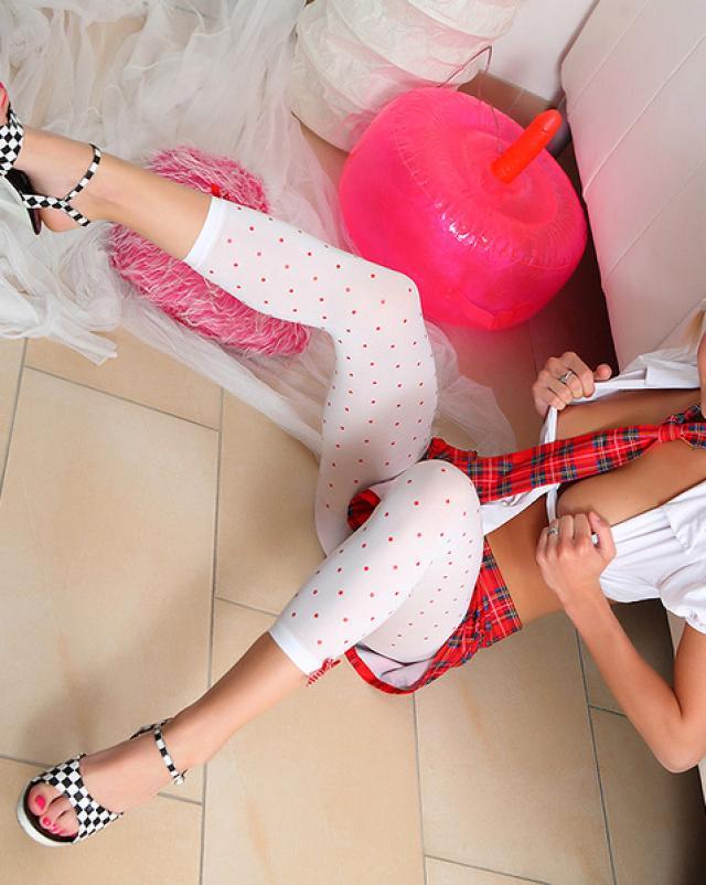 Шаловливая голая студентка и подушка-самотык