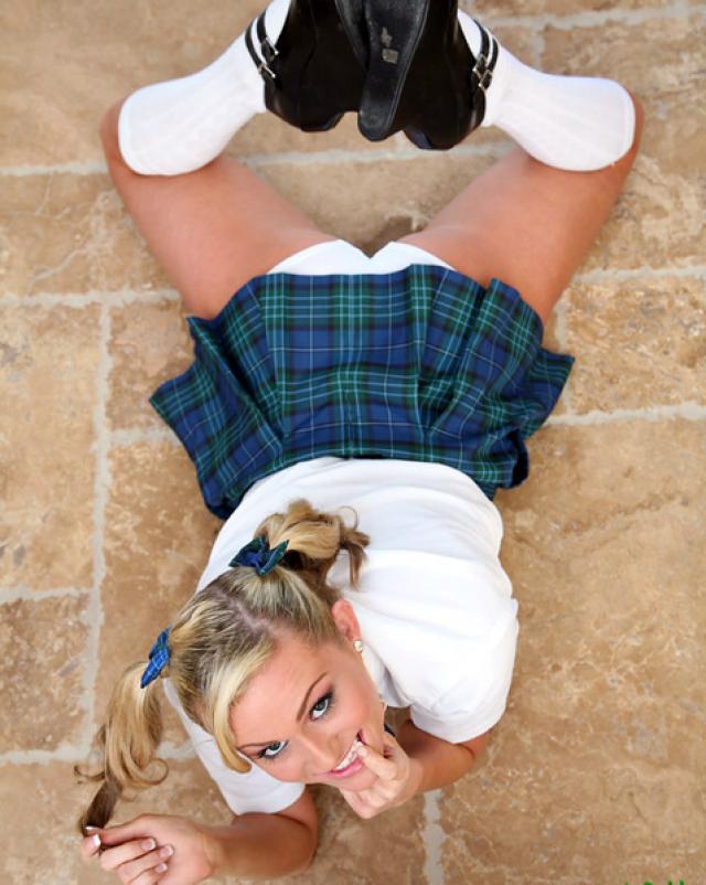 Милая голая студентка с пирсингом делает минет