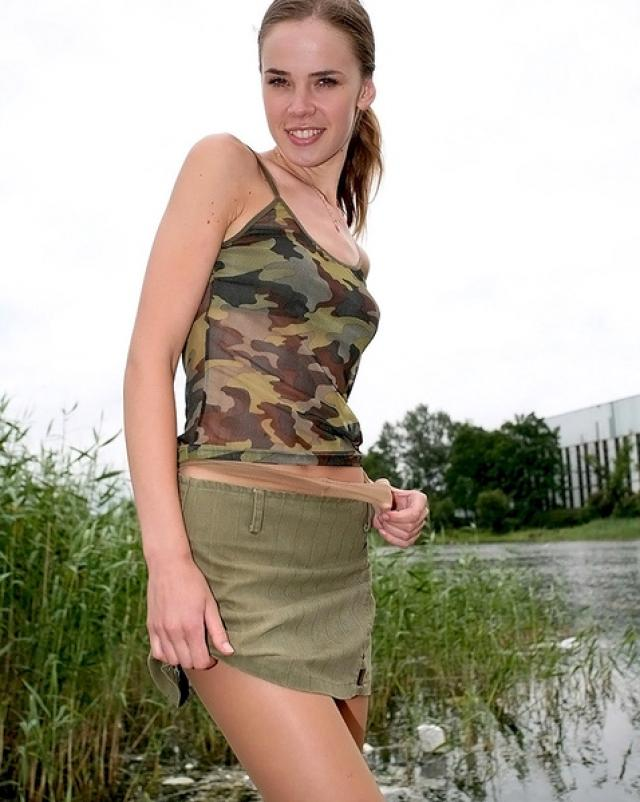 Девушка с хвостиком показывает свои колготки на пруде