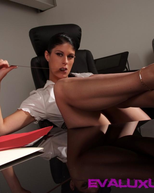 Секретарша лижет ступни и киску начальницы в колготках