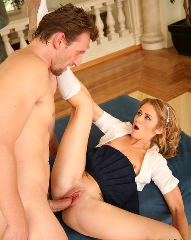 Красивая студентка берет в рот у своего преподавателя