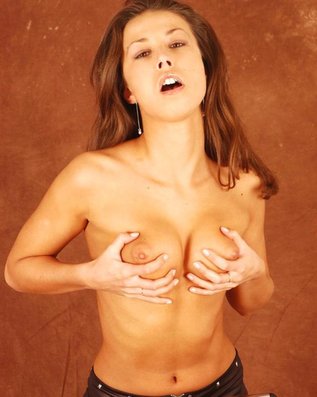Девушка в горячих колготках трахает себя гибким членом