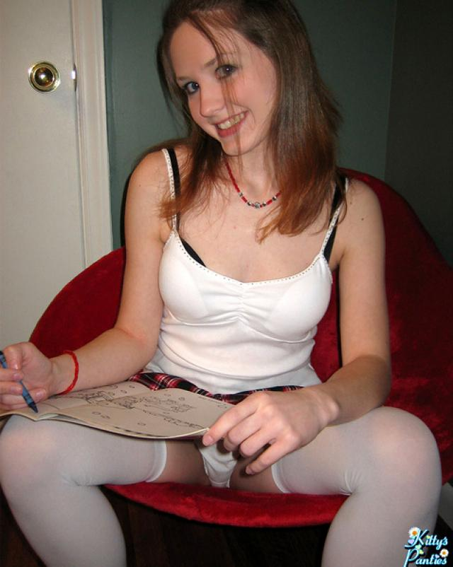 Студентка позирует в сексуальных белых чулках