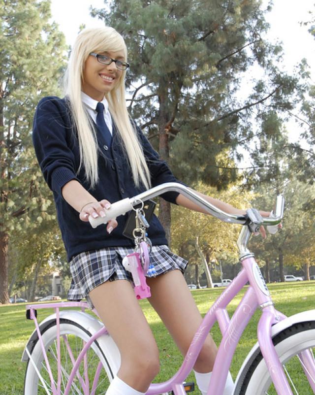 Блондиночка в студенческой униформе сексуально резвится со знакомым