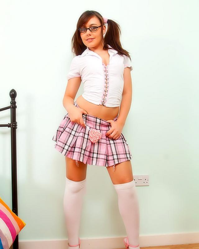 Голая студентка в очках балуется секс игрушками