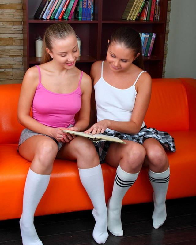 Шаловливые студентки покинули пары ради лесбийского соития