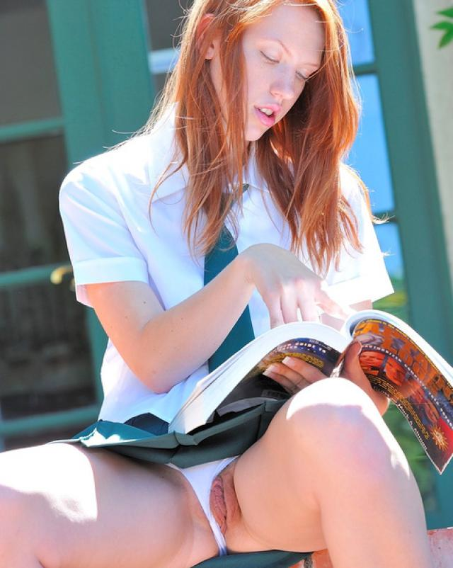 Рыжеволосая студентка светит голой киской из под юбки гуляя в сквере
