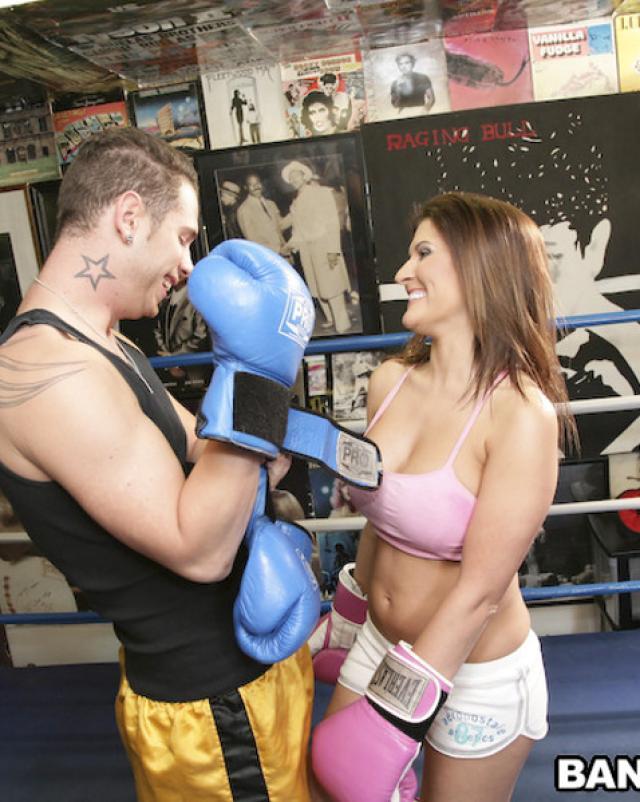 После тренировки боксом парочка занялась сексом