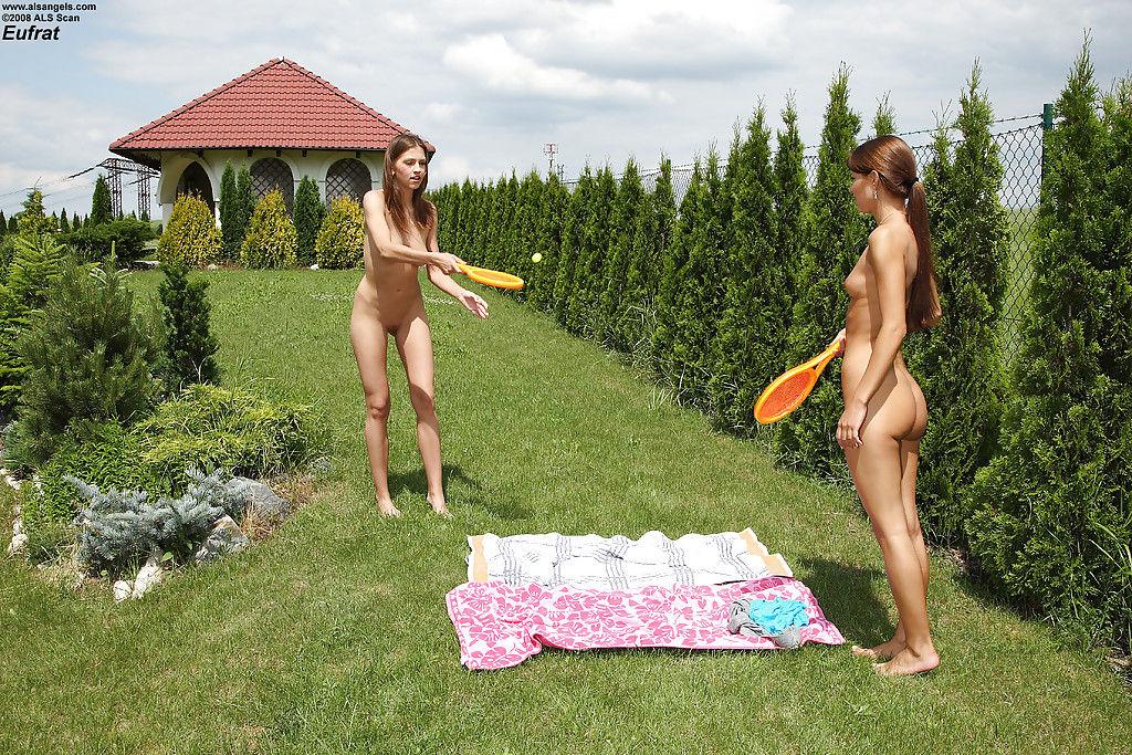 Мастурбация теннисными ракетками от двух голых спорсменок