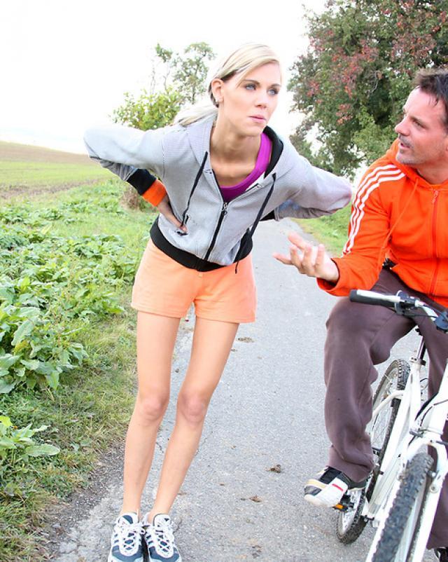 18-летняя спортсменка трахается в киску на велосипеде