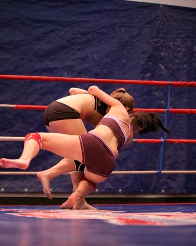 Спортивные лесбиянки борются перед страстным поцелуем на ринге