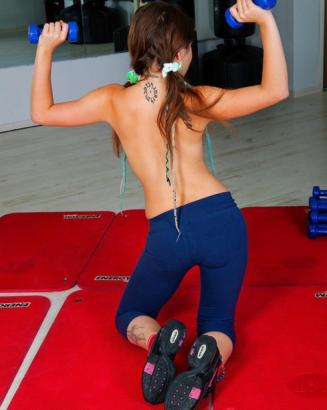 Молодая спортсменка удивляет своей фигуристой попкой