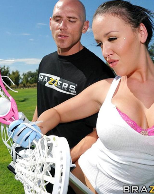 Спортсменка с большими сиськами отсасывает тренеру
