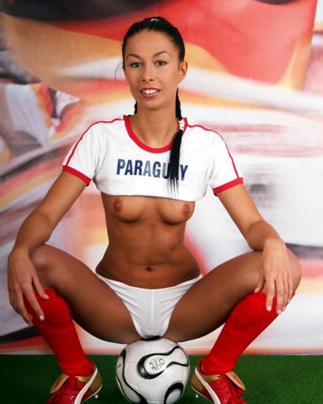 Спортивная студентка ласкает киску на футбольном поле
