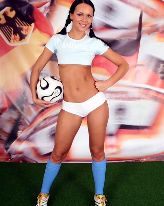 Красивая футболистка с косичками снимает трусики