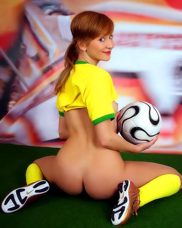 Молоденькая спортсменка светит маленькие сиськи