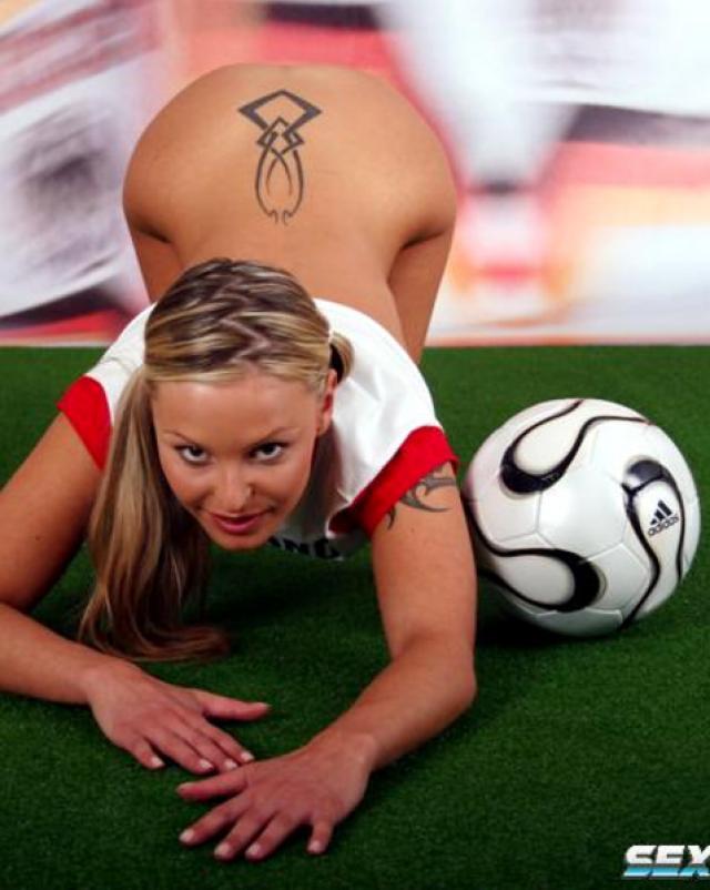Милая футболистка показывает пизду и сиськи