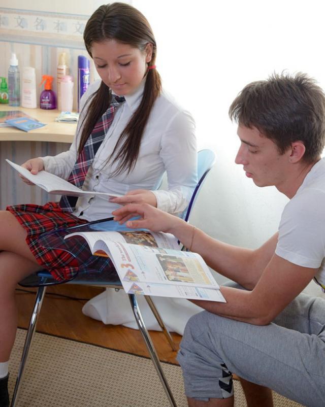 Парень трахает студентку с косичками в анальное отверстие