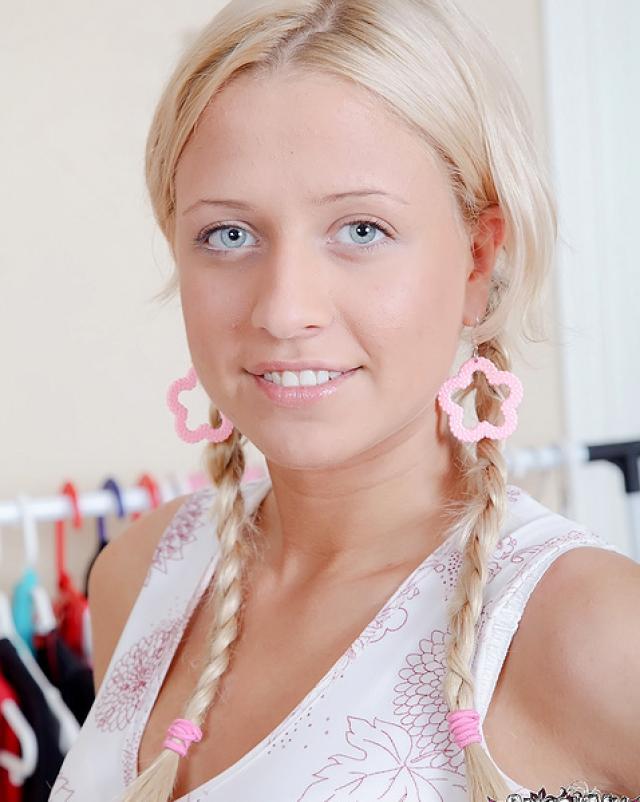 Голубоглазая блондинка с косичками занялась вагинальным сексом вместо английского