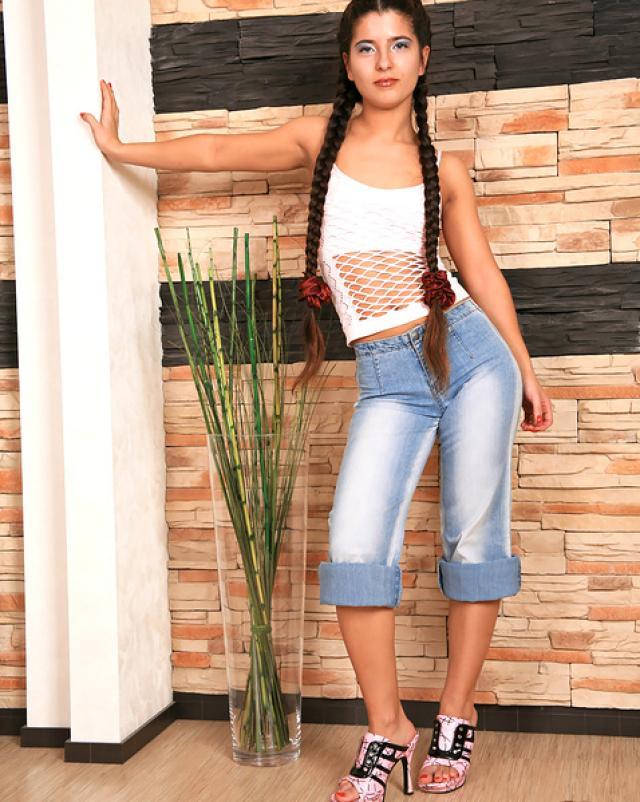Красотка с косичками снимает и одевает свои голубые джинсы