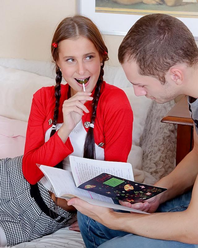 Юная дева с косичками пренебрегла занятиями для анала