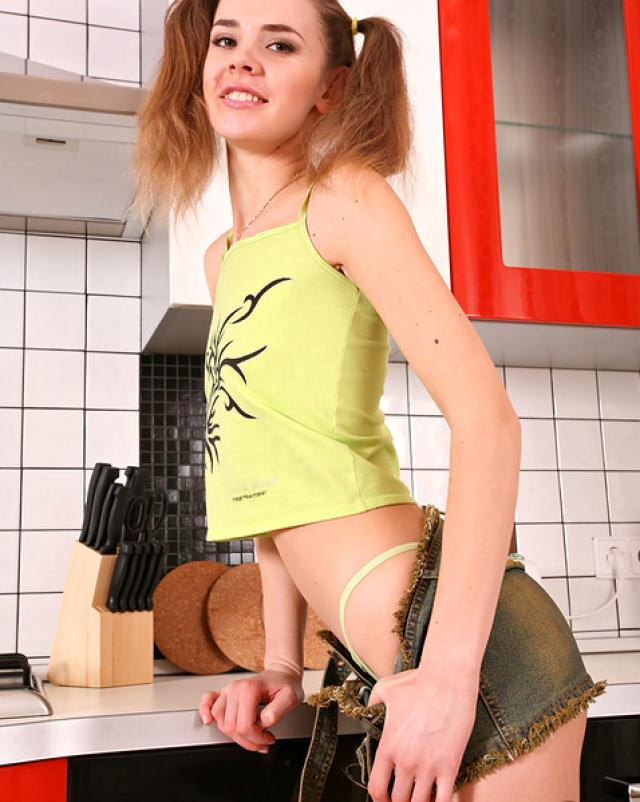 Красивая девушка подарила стриптиз