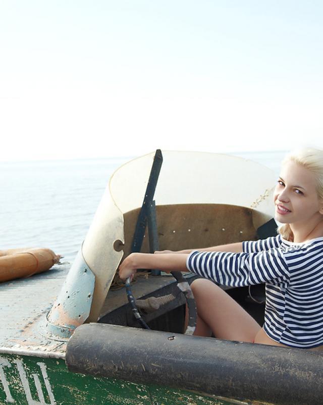 Красивая морячка устроила стриптиз