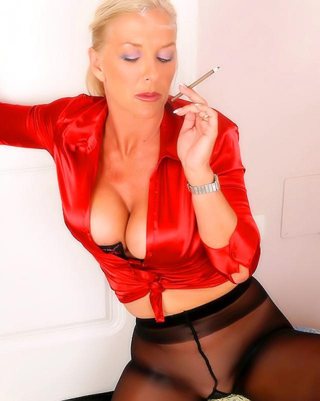 Мамочка в сексуальных колготках играет за сигаретой