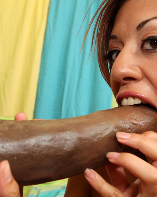 Телочка в колготках принимает сперму от негра