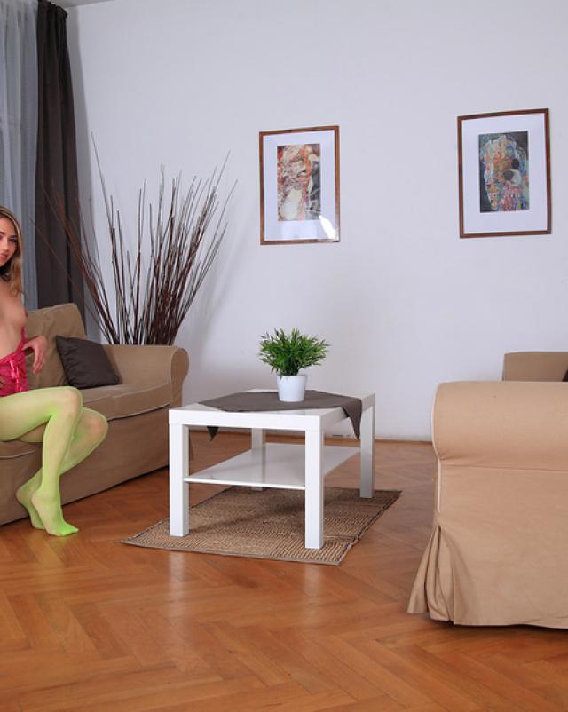 Девушка в зеленых колготках мастурбирует на диване