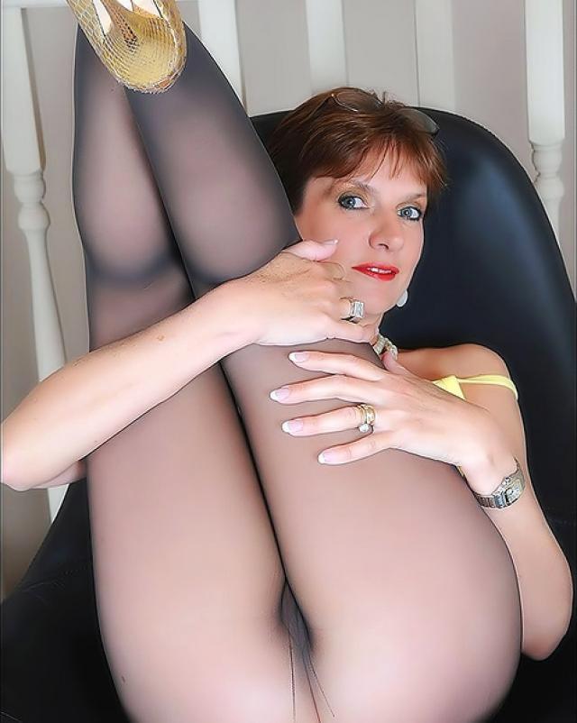 Мамочка эротично демонстрировала свои прелести через колготки