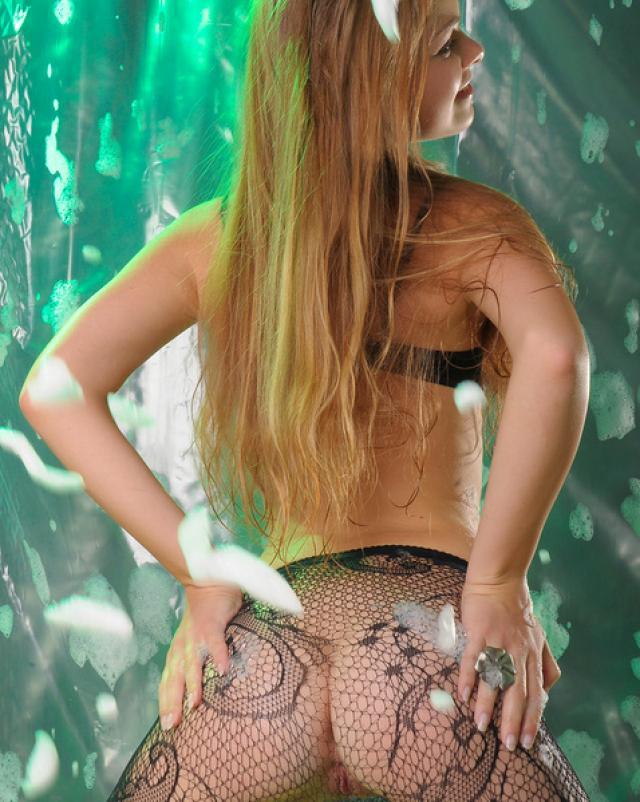 Русская девушка в колготках сняла свой лифчик на камеру