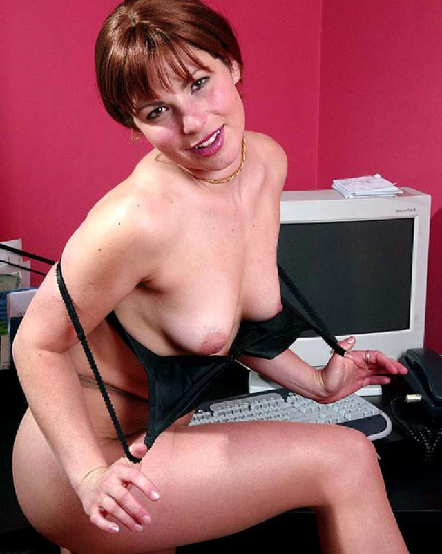 Офисная девушка одевает колготки после раздевания на работе