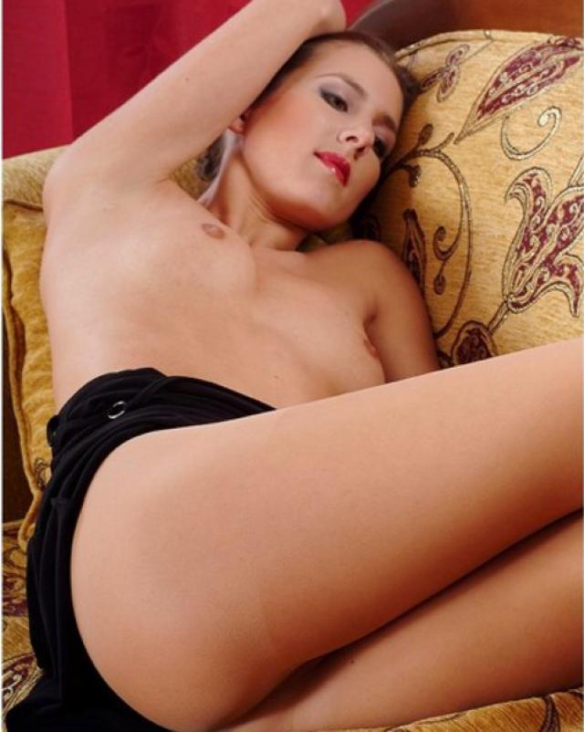 Элегантная сучка в колготках ласкала себя на диване