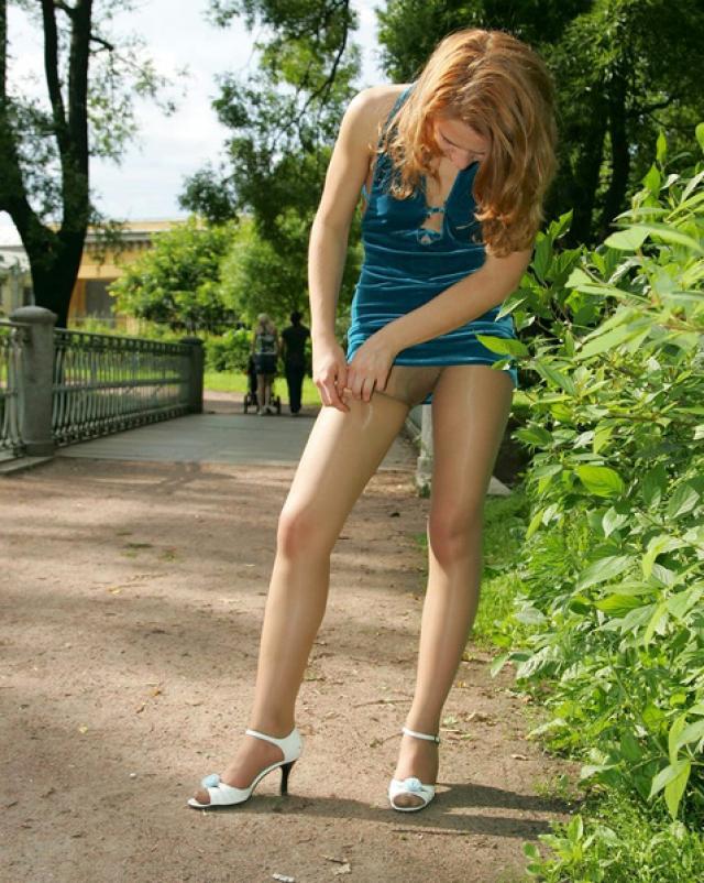 Молоденькая сучка в красивом платье показала свои вульгарные колготки
