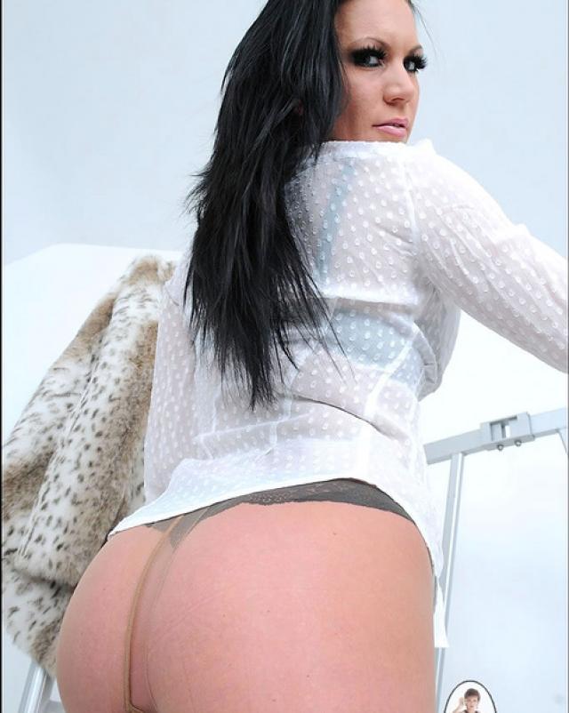 Женщина в нижнем белье ласкает пальцами свою бритую пизду