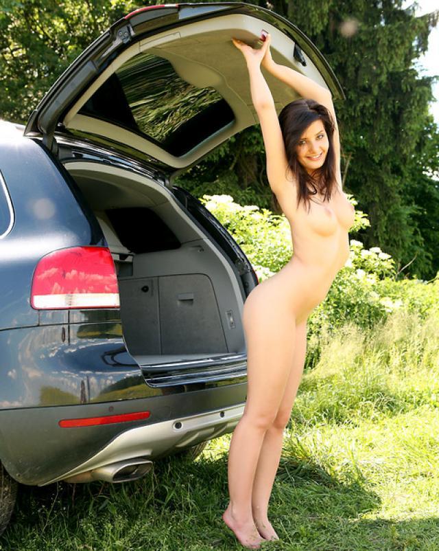 Убойная эротика в багажнике автомобиля в сексуальных чулках