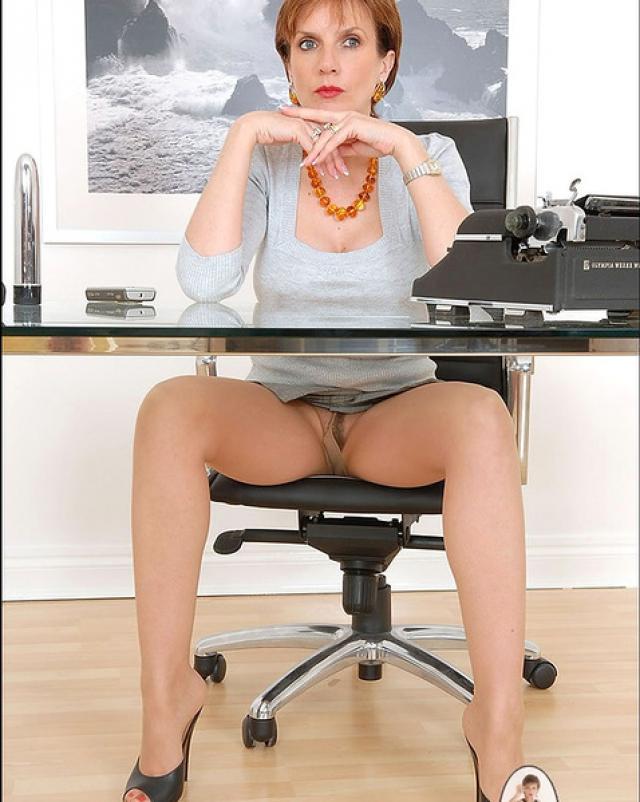 Офисная шалава вывалила большую грудь
