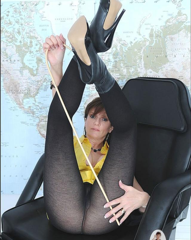Зрелая учительница на секс фото перед своим студентом