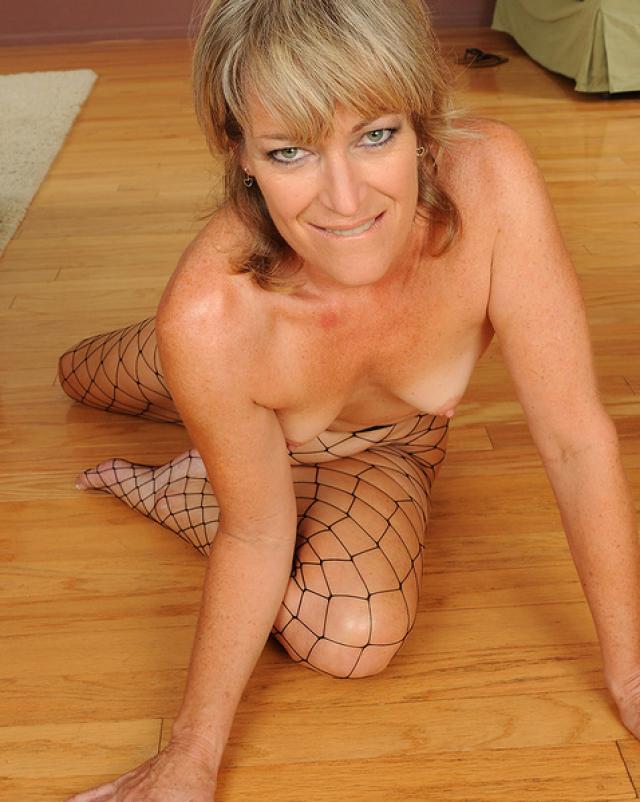 Зрелая женщина эротично снимает свой пеньюар