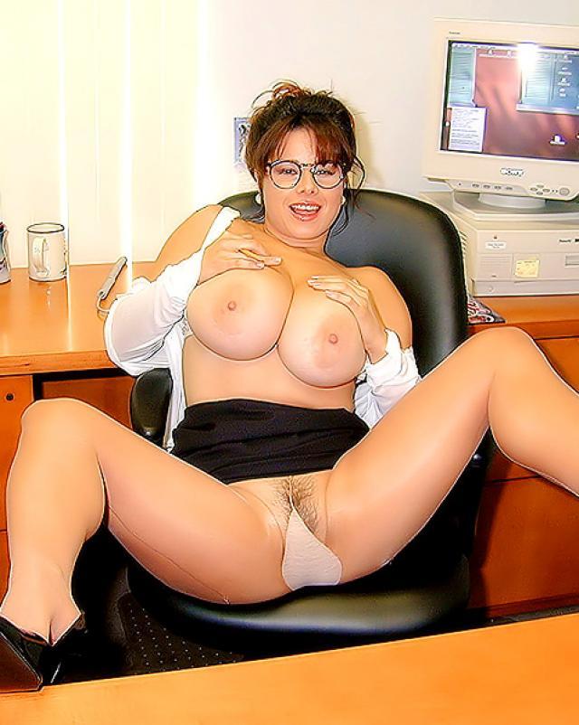 Толстая секретарша с большими дойками ласкает себя пальцами