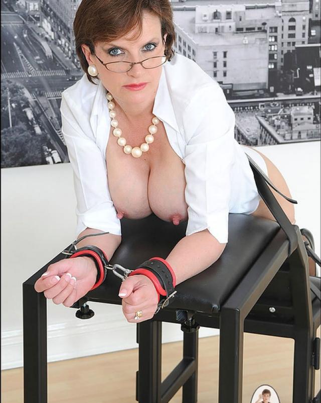 Грубый секс со зрелой женщиной в колготках