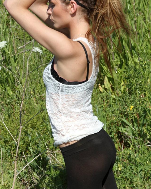 Летняя эротика от стройной девушки в черных колготках