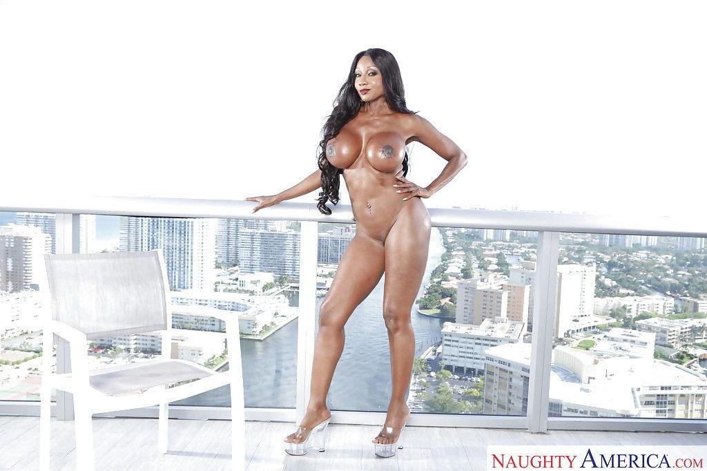 Негритянская порнозвезда с огромной попкой снимает мини бикини