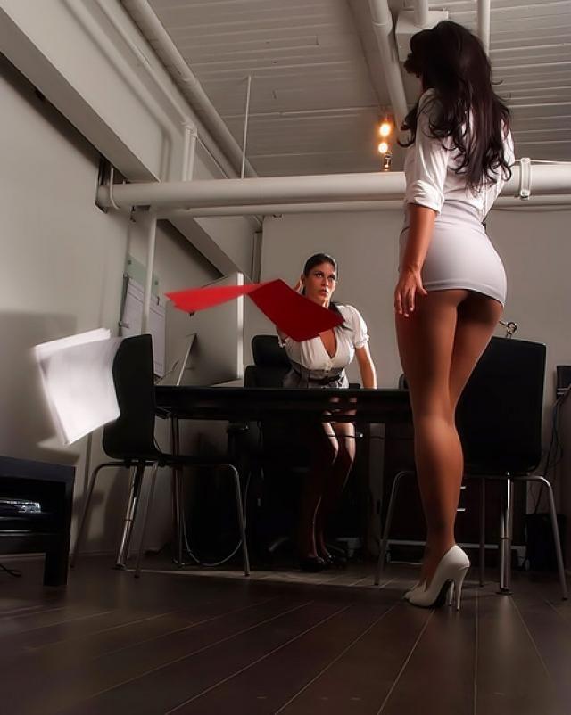 Начальница и секретарша устроили бурный секс на рабочем месте