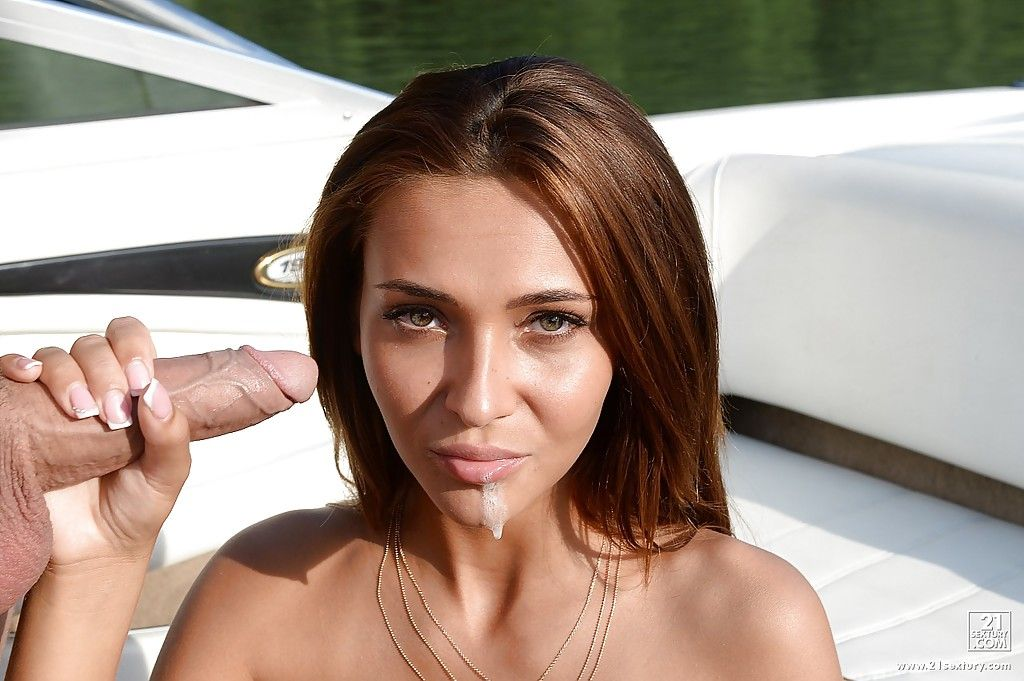 Красотка в открытом бикини делает отсос члена на лодке