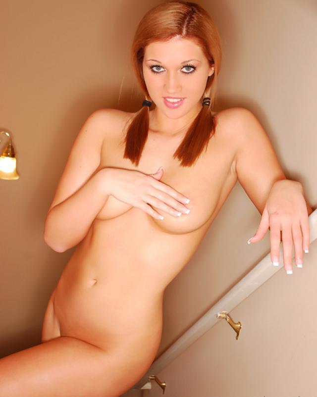 Сучка с косичками обожает мини бикини