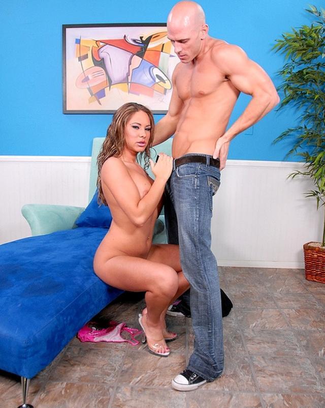 Лысый мужчина доводит девушку в мини бикини до сквирта