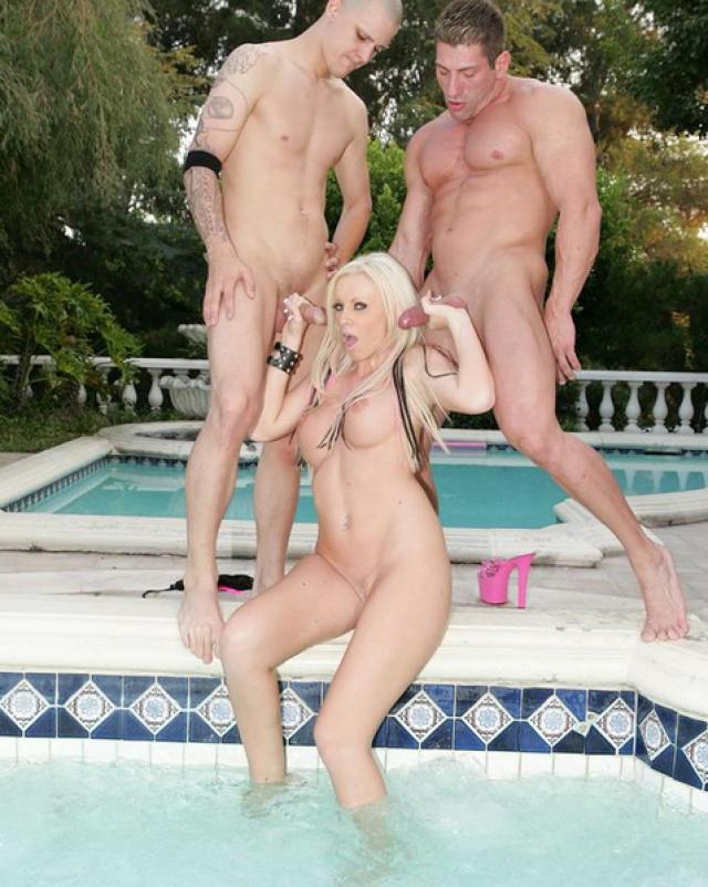 Грязный секс втроем у бассейна